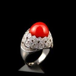 Bague or blanc, diamants et corail rouge.