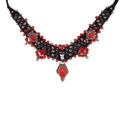 Collier macramé noir, argent et corail rouge.