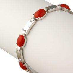 Bracelet or blanc et corail rouge.