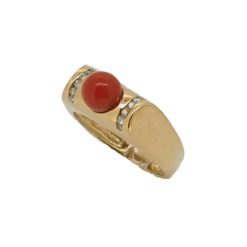 Bague en or jaune, perle de corail rouge et diamants.