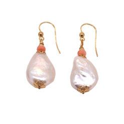 boucles d'oreilles perles de nacre corail rose et crochet or jaune 18k