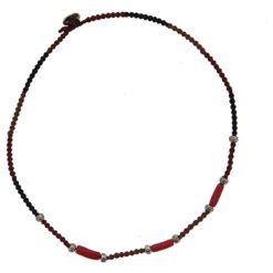 Collier tissé, motif argent et corail rouge.