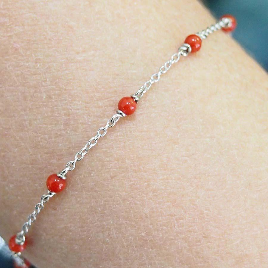 Bracelet or blanc 18k et perles corail rouge méditerranée 3mm fermoir anneau ressor