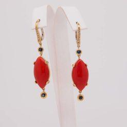 boucles-doreilles-or-jaune-18k-navette-corail-rouge-de-mediterranee-diamants-et-saphirs