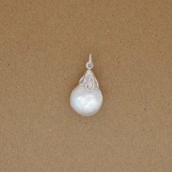 Perles eau douce baroquée avec une monture en argent 925/000