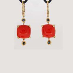 Boucles d'oreilles or jaune 18k cabochon coussin corail rouge corse de méditerranée avec diamants et saphirs